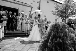 Spalierstehen Kuss vom Brautpaar Hochzeit in Franken