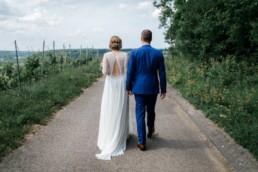 Brautpaarshooting laufen in den Weinbergen