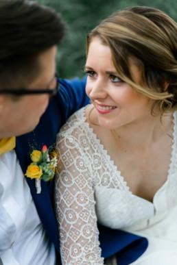 verliebte Blicke beim Brautpaarshooting