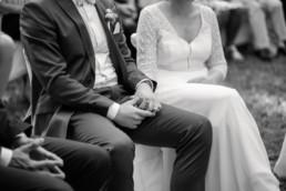 Romantisches Brautpaar in den Weinbergen