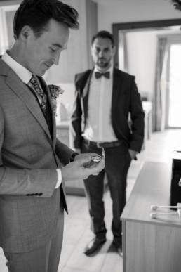 Getting Ready beim Bräutigam die Vorfreude vor der Trauung
