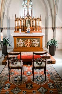 Trauung in der Kirche Brautpaarstühle