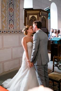 Der erste Kuss als Brautpaar Trauung in der Kirche