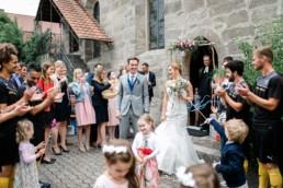 Auszug aus der Kirche an der Hochzeit Julia Reif Fotografie Spalierstehen