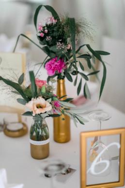Vintage Deko mit Gold und Eukalyptus Hochzeit in Franken Hochzeitssaal