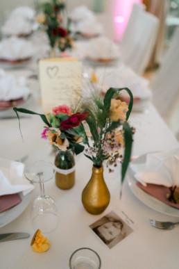 Vintage Deko mit Gold und Eukalyptus Hochzeit in Franken