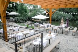 Kaffeetrinken an der Seebühne Hochzeit in Franken