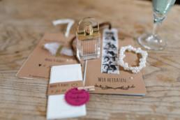 Hochzeitseinladungen und Freudentränentaschentücher Chloe Parfum