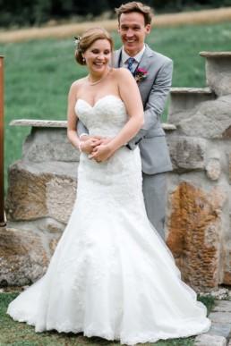 Lachtendes Brautpaar Eukalyptus Brautpaarshooting an der Seebühne Vestenbergsgreuth