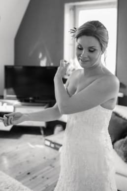 Getting Ready der Braut Parfum sprühen