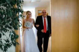 Einzug der Braut ins Standesamt Bamberg mit ihrem Vater, fotografiert von Julia Reif Fotografie