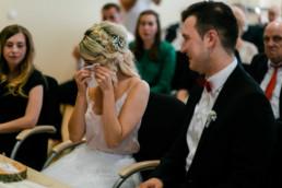 Braut mit Freudentränen bei ihrer Hochzeit in Bamberg im Standesamt, fotografiert von Julia Reif Fotografie