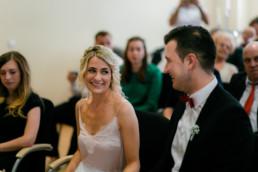 Brautpaar freut sich im Standesamt Bamberg über ihre Hochzeit, die Julia Reif Fotografie fotografiert