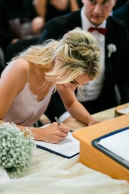 Unterschrift bei der Trauung beim Standesamt Bamberg während der Hochzeitsreportage von Julia Reif Fotografie