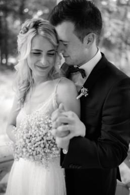 Emotionales Hochzeitsfoto in schwarz weiß von Julia Reif Fotografie, Fotografin für Hochzeiten und Standesamt Bamberg