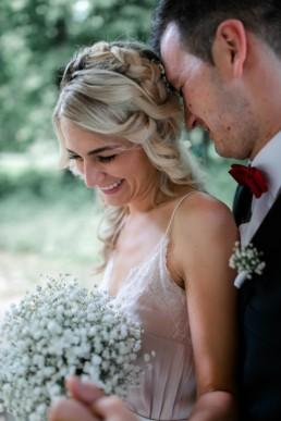 Portrait der Braut mit Brautstrauß aus Schleierkraut und offenen Haaren, fotografiert von Julia Reif Fotografie