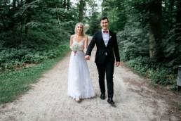 Brautpaarfotos in der Natur von Julia Reif Fotografie, Hochzeitsfotograf Bamberg und Umgebung für entspannte Hochzeitsfotos
