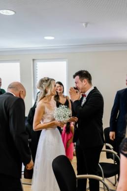 Bräutigam weint vor Freude im Standesamt Bamberg bei der Hochzeit von Susi und Deniz mit Julia Reif Fotografie