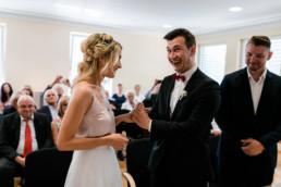 Entspannte, lustige Hochzeitsfotos im Standesamt Bamberg beim Ringtausch, eingefangen von Julia Reif Fotografie