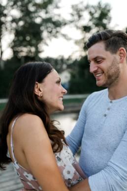 Glückliches Paar Engagement Dechsendorfer Weiher Julia Reif Fotografie