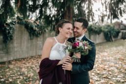 Strahlendes Paar Hochzeit Brautstrauß