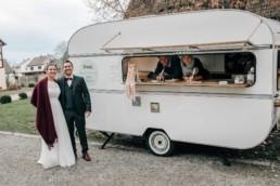Strahlendes Brautpaar Vintage Van
