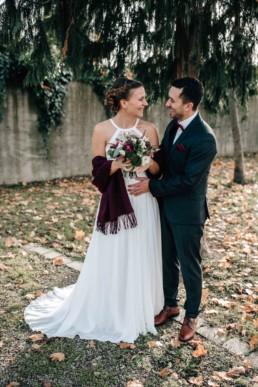 Glückliches Brautpaar Brautstrauß