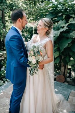 Lachendes Paar Hochzeit