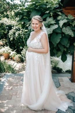 Strahlende Braut Babybauch