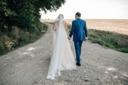 Spaziergang Brautpaar Feldweg