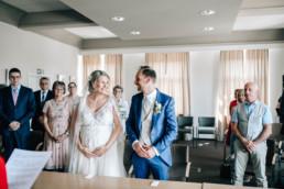 Strahlendes Brautpaar Standesamt