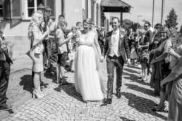 Strahlendes Brautpaar Auszug Hochzeit