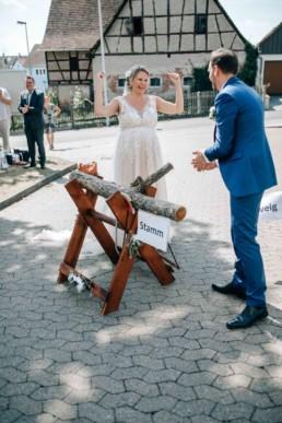 Baumstammsägen Hochzeit Spiel