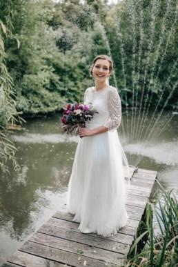 Glückliche Braut Steg See