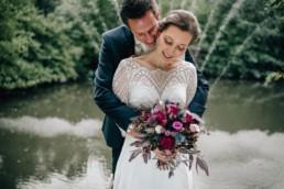 Strahlendes Paar Brautstrauß
