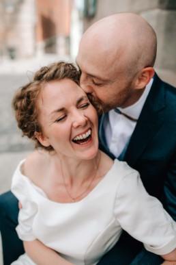 Lachende Braut Kuss