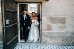 Auszug Kirche Brautpaar