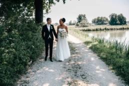 Händchenhaltend Brautpaar