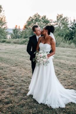 Küssendes Paar Hochzeit