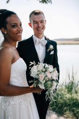 Lachendes Brautpaar Brautstrauß