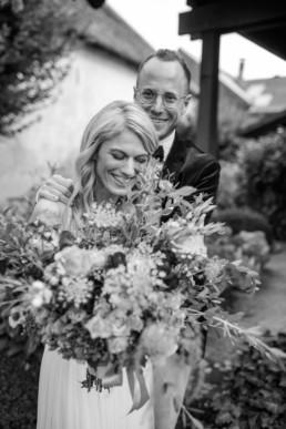Glückliche Braut Brautstrauß