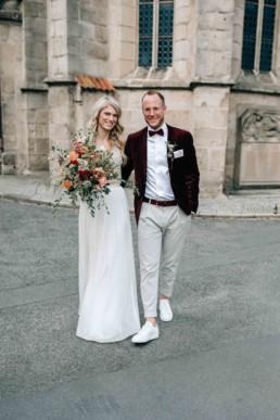 Strahlendes Brautpaar Brautstrauß