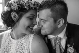 Stirn an Stirn Brautpaar