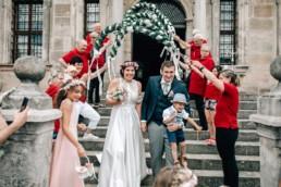 Auszug glückliches Brautpaar Spalierstehen