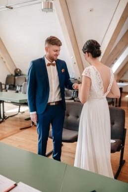 Hochzeitsfotografin Julia Reif macht Foto von Ringtausch Braut und Bräutigam bei der Hochzeit im Schloss Bamberg