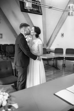 Hochzeitskuss bei Standesamt Hochzeit im Schloss Seehof in bamberg, festgehalten von Fotografin Julia Reif