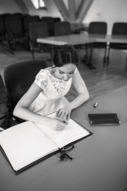 Unterschrift im Standesamt bei der Hochzeit von Naomi mit Fotografin Julia Reif
