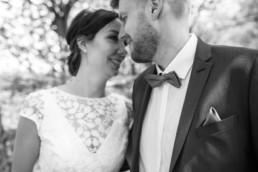 Brautpaarfoto in Schwarz weiß, fotografiert von Julia Reif