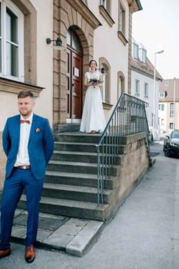 Bräutigam wartet auf seine Braut beim First Look in Bamberg am Standesamt
