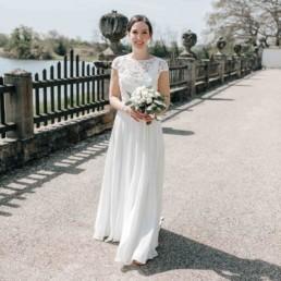 Portrait der Braut mit Brautstrauß in der Hochzeitslocation Schloss Seehof in Bamberg